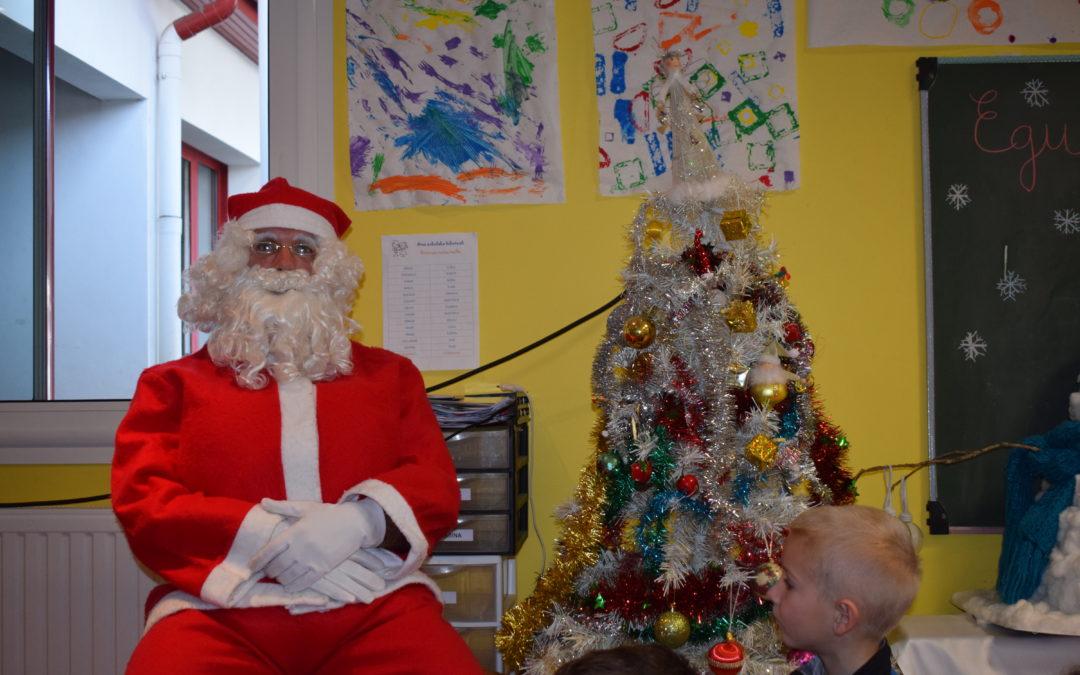 Bizar Xuri eskolan / la venue du Père Noël à l'école