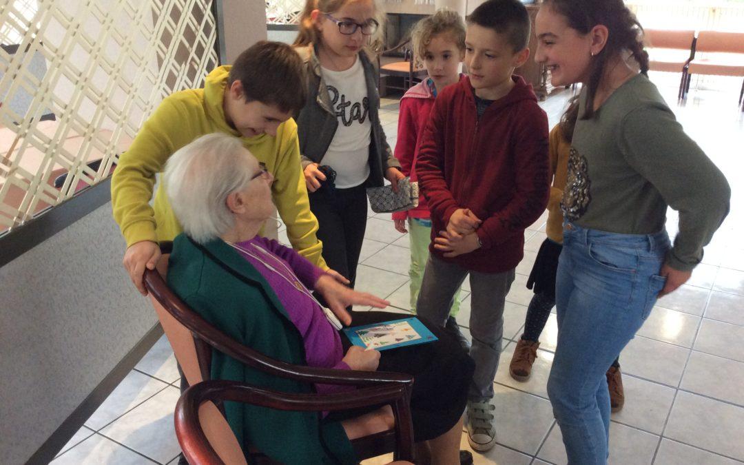 Eguberri garaian /                                                                   Temps de Noël : spectacle à la maison de retraite Larrazkena